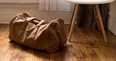 So bringst du Klamotten für einen Monat ins Handgepäck